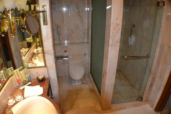 Shangri-La Hotel Bangkok: Large Bathroom