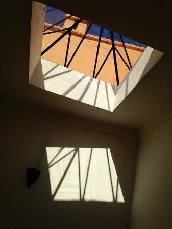 Hotel & Spa Riad Dar Sara: luz en la antasala de la habitacion