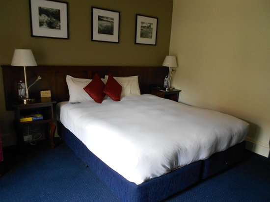 Mercure Canberra : room very clean king size bed