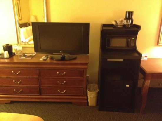 Country Inn & Suites By Carlson, Naperville: TV, microwave and refrigerator