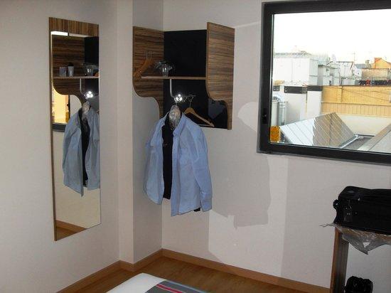 Travelodge Barcelona Poblenou: Kein Kleiderschrank, aber 6 Kleiderbügel mit Ablagefläche darüber