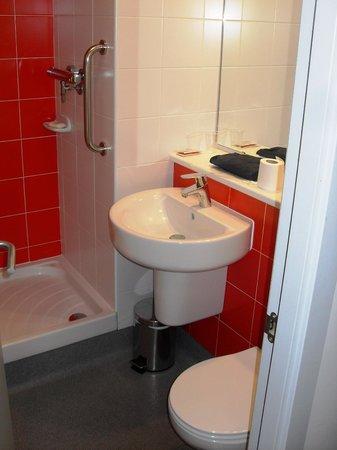 Travelodge Barcelona Poblenou: Das Badezimmer(chen): klein, aber fein!