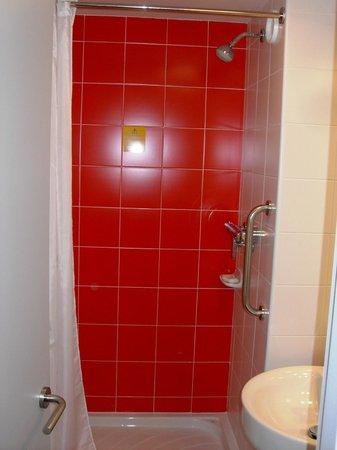 Travelodge Barcelona Poblenou: Dusche in erfrischendem :-) rot gefliest und leider mit feststehendem Duschkopf