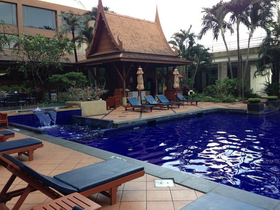 Ramada Plaza Bangkok Menam Riverside : piscine