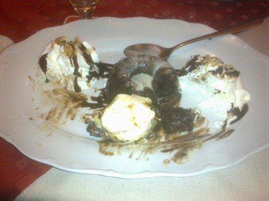 Gasthof Steirerhof: Dolce al cioccolato con panna e granella