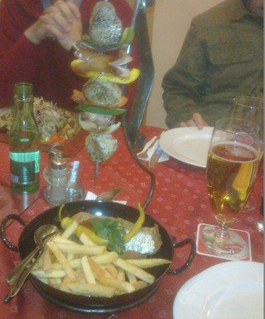 Gasthof Steirerhof: Spiedone di suino con patatine e salse