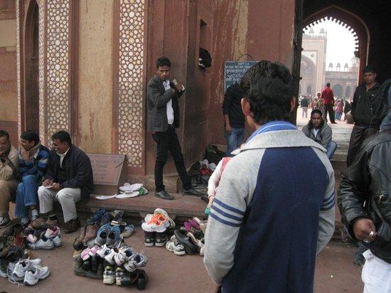 Fuerte de Agra: вот так кучками охраняют обувь за деньги местные