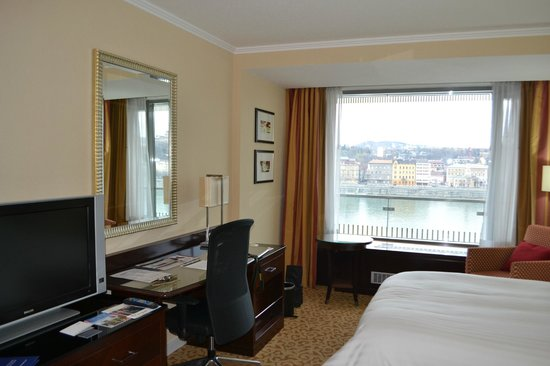 Budapest Marriott Hotel : the study area and the glass window