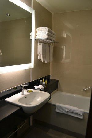 Budapest Marriott Hotel: the bathroom