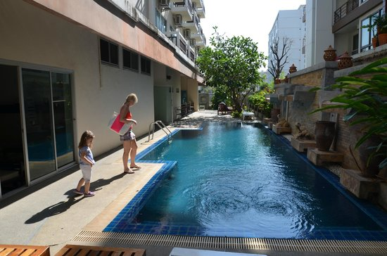 Neta Resort Pattaya: Бассейн утром