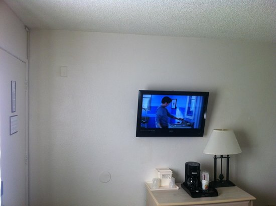 Super 8 San Diego Hotel Circle: It at least has a flat screen but no microwave