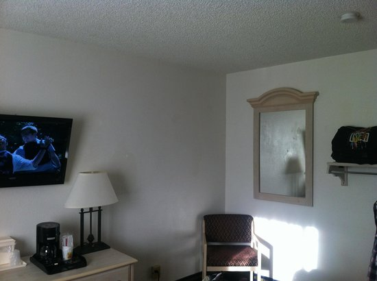 Super 8 San Diego Hotel Circle : No fridge in the queen bed rooms