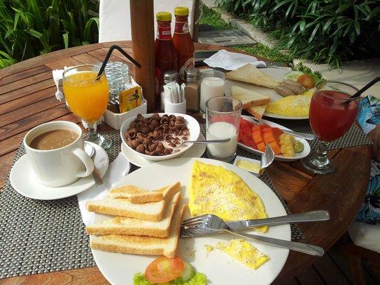 D'Penjor Seminyak: breakfast poolside