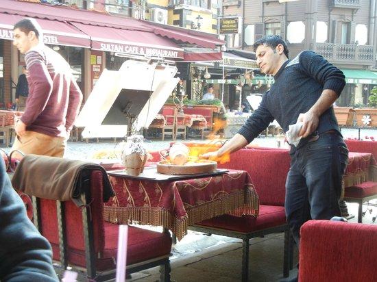 Shadow Cafe & Restaurant : Kebap uit een kruikje op het vuur