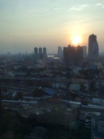 Eastin Grand Hotel Sathorn: view towards the river at sunset