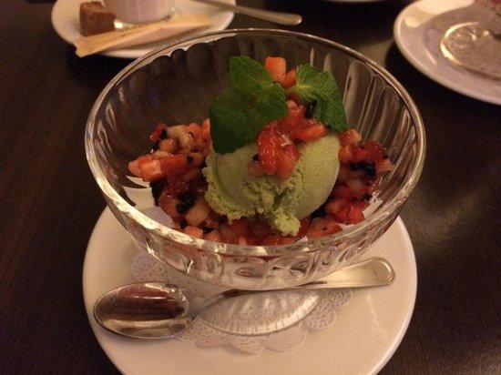 Academiya: базиликовое мороженное с клубникой