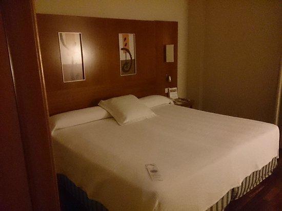 NH Malaga : Cama habitación normla