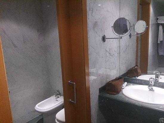 NH Málaga: Baño habitación superior