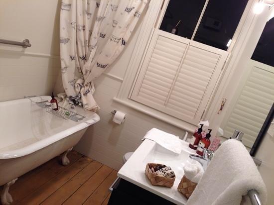 Eden Villa Bed & Breakfast : Romo room - outside room's bathroom