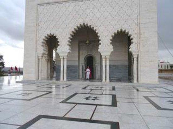 Mausolée de Mohammed V : Mausoleum exterior