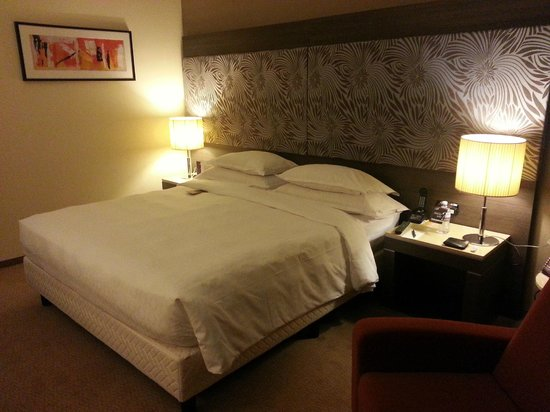Sheraton Milan Malpensa Airport Hotel & Conference Centre: large bed !!!