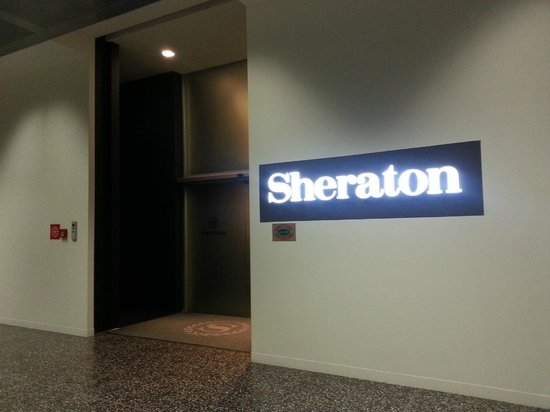 Sheraton Milan Malpensa Airport Hotel & Conference Centre : entrance through malpensa terminal