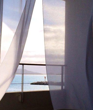 nhow Marseille Palm Beach : Vue du lit chambre 222