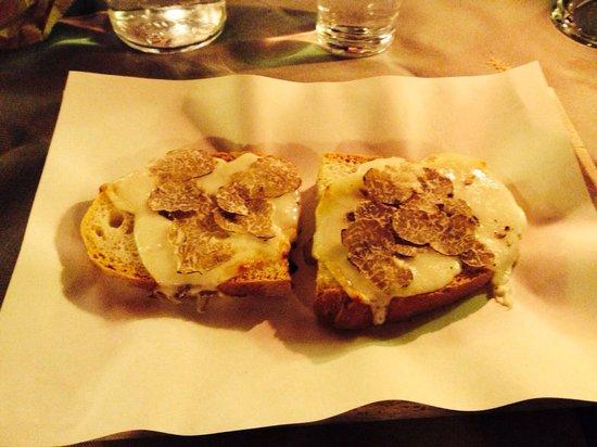 Osteria La Botte Piena: Bruschetta con pecorino e tartufo!!!