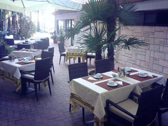Hotel Lungomare: Colazione all'aperto sotto gli ombrelloni