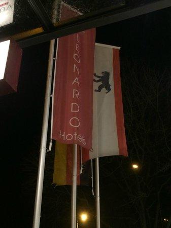 Leonardo Royal Hotel Berlin Alexanderplatz : flaggorna utanför