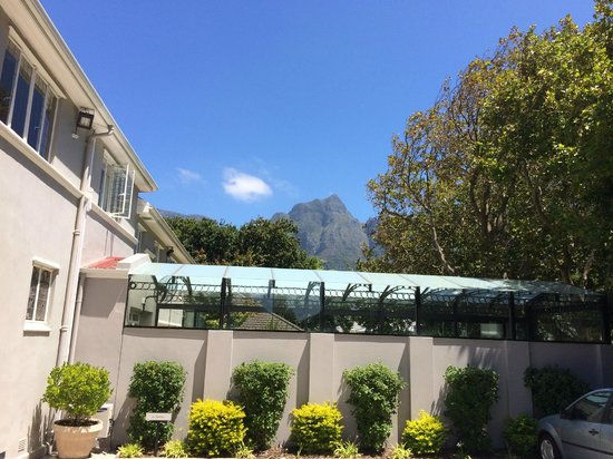Roodenburg House: View of Table Mountain from the front car park