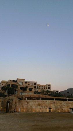 Kempinski Hotel Ishtar Dead Sea : Moon in sky