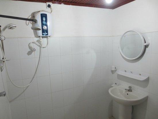 Lakmini Lodge & Restaurant: Bathroom