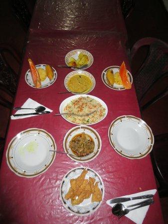 Lakmini Lodge & Restaurant: our srilankan very delicious dinner