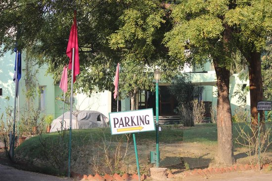 Hotel Bharatpur Ashok (Forest Lodge): Way to parking area