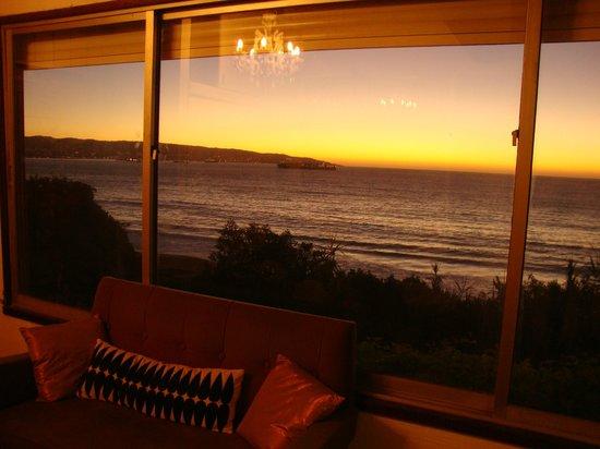 Renaca Beach Hostel: Atardecer desde el ventanal del living de la habitación