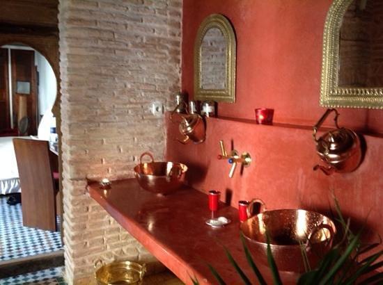 Riad Laaroussa Hotel and Spa: bathroom