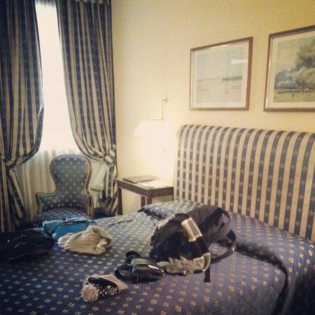 Hotel Napoleon: Chambre 401  Dsle pour le bazar sur le lit ^^
