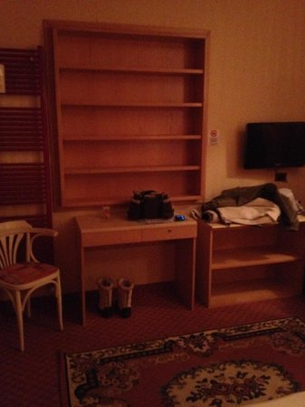 Hotel Astra: Shelving and desk in room comfort