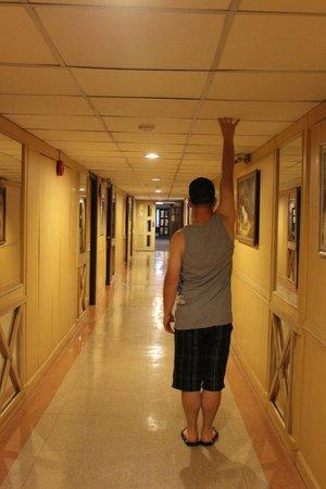 Viengtai Hotel: Low ceilings in hall