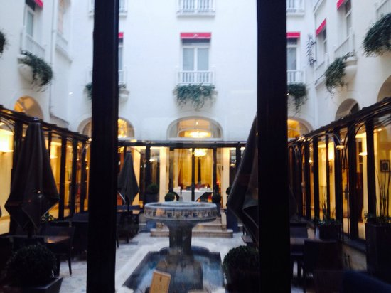 Hotel California Paris Champs Elysees: Internal courtyard view from the breakfast room.