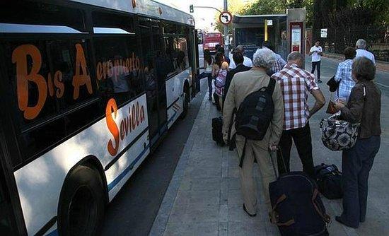 Pensión La Giraldilla : airport bus stop 100 metres from Giraldilla