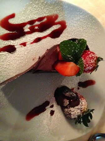 Le Petit Lyonnais: Dessert: strawberry mousse with fresh strawberry dipped in chocolate