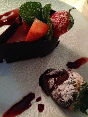 Le Petit Lyonnais : Dessert: strawberry mousse with fresh strawberry dipped in chocolate