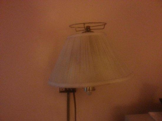 Days Inn Marietta-Atlanta-Delk Road : desk lamp stained and broken