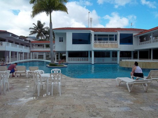 Hotel Beach House Playa Dorada: buffet in bldg behind pool