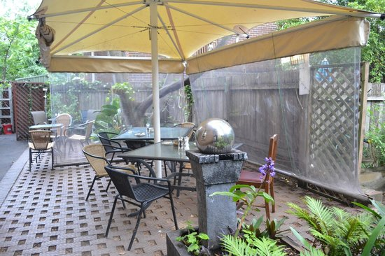 Sydney Harbour Bed and Breakfast: Outside Courtyard / Breakfast Area