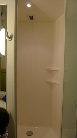 ibis budget Luzern City: Bathroom very small