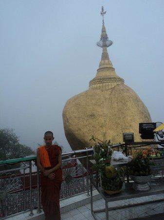 Kyaiktiyo Pagoda: Золотой камень и монах