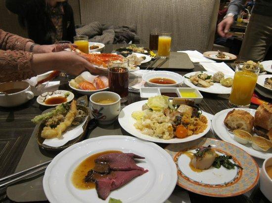 All Day Buffet Compass : レストランカフェ コンパス・・・会食テーブル